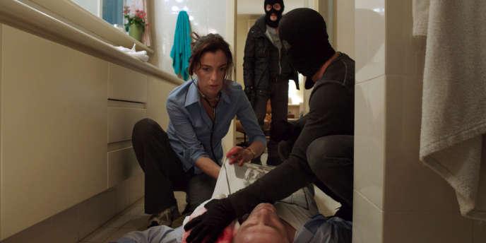 Yael Danon (Ayelet Zurer) soigne son mari, Eyal (Micha Celektar), blessé par les membres d'un commando qui les retient.