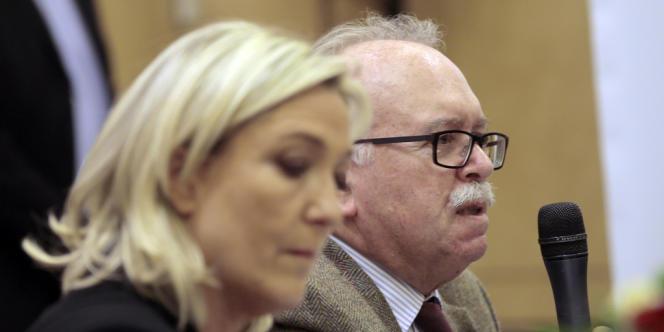 Le candidat du Front national à Paris, Wallerand de Saint-Just, avec la présidente du parti, Marine Le Pen, lors d'une conférence de presse à Paris le 10 mars.