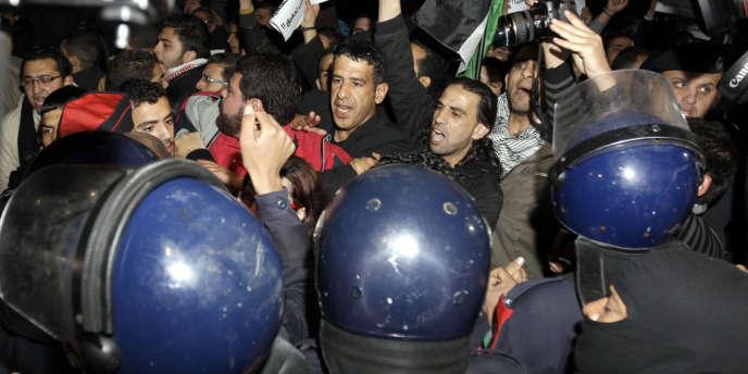 Environ 200 personnes ont manifesté lundi10mars devant l'ambassade d'Israël en Jordanie, en réclamant l'expulsion de l'ambassadeur.