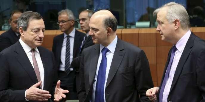 Le président de la Banque centrale européenne, Mario Draghi, en compagnie de Pierre Moscovici à l'époque ministre de l'économie et le commissaire européen aux affaires monétaires, Olli Rehn.