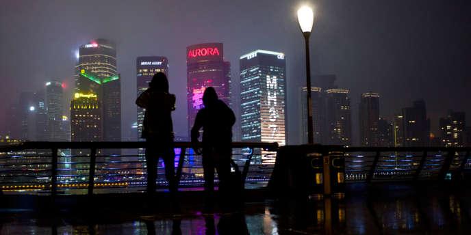 Shanghaï, Pudong vu du Bund. Les Chinois rêvent de s'installer dans la mégapole mais les prix de l'immobilier sont prohibitifs.
