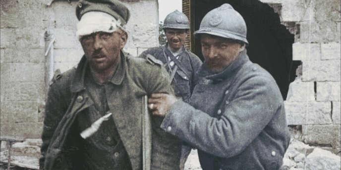 Un poilu arrête un soldat allemand. Image colorisée de la guerre 14-18.