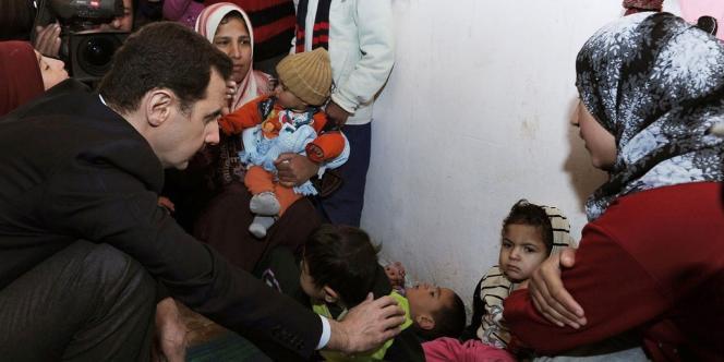 Image publiée sur le compte officiel Facebook de la présidence syrienne montrant Bachar Al-Assad visitant un camp de déplacés à Adra, au nord de Damas, le 11 mars.