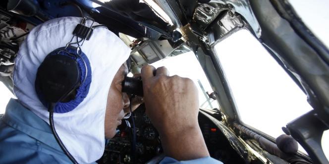 Le copilote d'un appareil vietnamien scrute la mer à la recherche de traces du Boeing de la Malaysia Airlines, le 12 mars 2014.