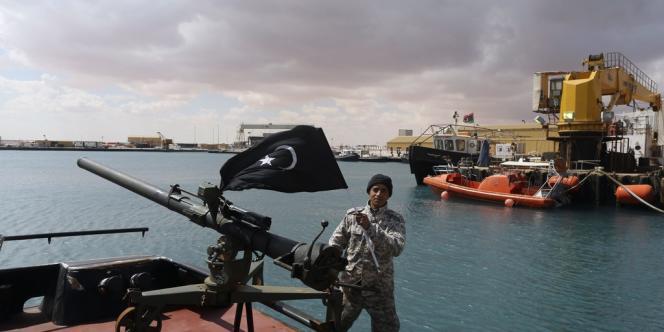 Des rebelles, ici dans le port d'Al-Seda, ont chargé un pétrolier battant pavillon nord-coréen, dans un nouveau geste de défi à l'égard des autorités, le 11mars.