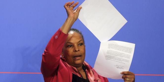 Christiane Taubira montre le courrier par lequel son cabinet a été informé des écoutes de Nicolas Sarkozy, lors d'une conférence de presse, le 12mars.