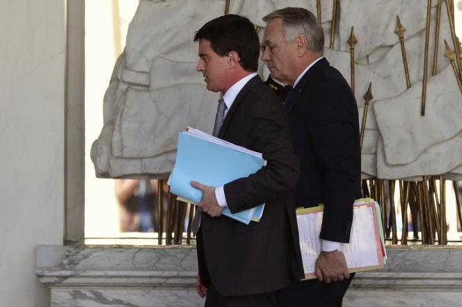 Manuel Valls et Jean-Marc Ayrault, à l'occasion du conseil des ministres, mercredi 12 mars.