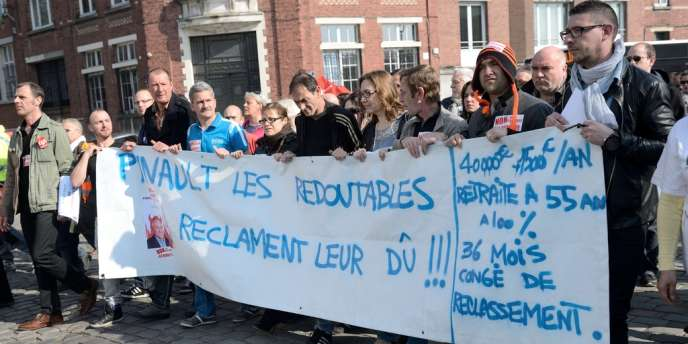 Plusieurs centaines des salariés de La Redoute ont manifesté, jeudi 13 mars, dans les rues de Tourcoing (Nord), prèss du siège roubaisien du groupe de vente par correspondance.