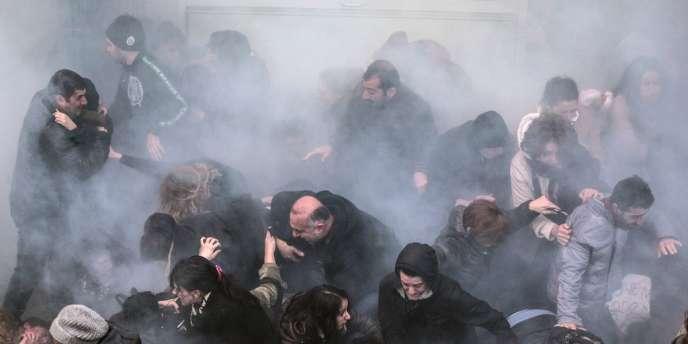 Dispersion de manifestants par l'usage de gaz lacrymogène, mercredi 12 mars à Istanbul.