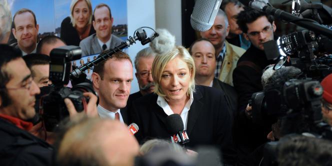 Marine Le Pen, la numéro deux de la liste du FN à Hénin-Beaumont aux élections municipales, répond aux journalistes aux côtés de la tête de liste FN, Steeve Briois, lors d'une conférence de presse, le 9 mars 2008 à Noyelles Godault, à l'issue du premier tour des élections municipales. La liste du Front national a été largement devancée avec 28,5% des voix par le maire sortant divers gauche (43,09%), selon les résultats définitifs.
