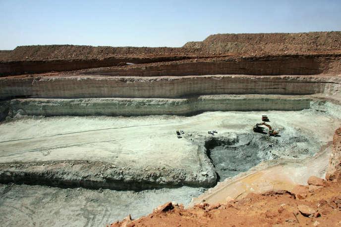 Une partie des 58 réacteurs français d'EDF fonctionnent grâce au minerai du Niger, même si sa part décroît au profit du Kazakhstan et du Canada Ici, la mine d'Arlit qu'Areva exploite au Niger.