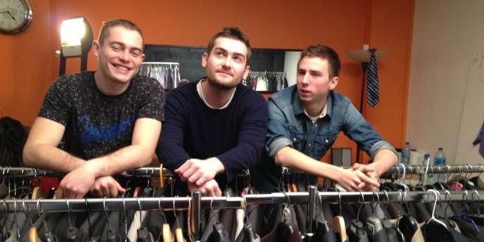 Nicolas, Yann et Jacques-Henri organisent des collectes de vêtements dans les entreprises pour habiller des sans emploi à la veille de leur entretien d'embauche.