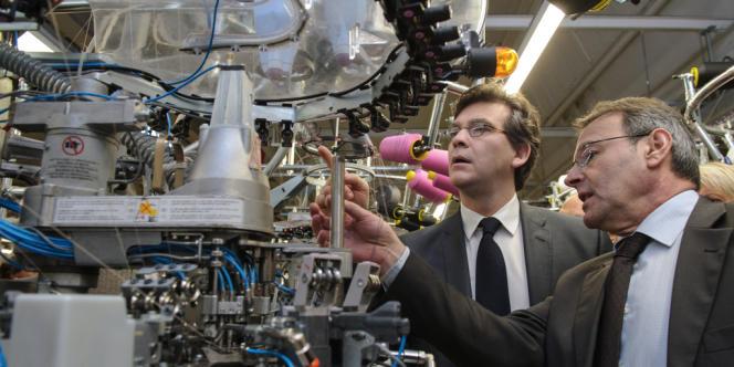 Arnaud Montebourg, le ministre du redressement productif, auprès de François Curé, directeur général des chaussettes BleuForêt, à Vagney (Vosges), le 27 février.