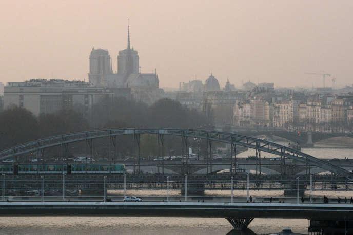 A Paris le 13 mars. En Ile-de-France, le seuil d'alerte aux particules fines devrait encore être dépassé vendredi 14 mars.
