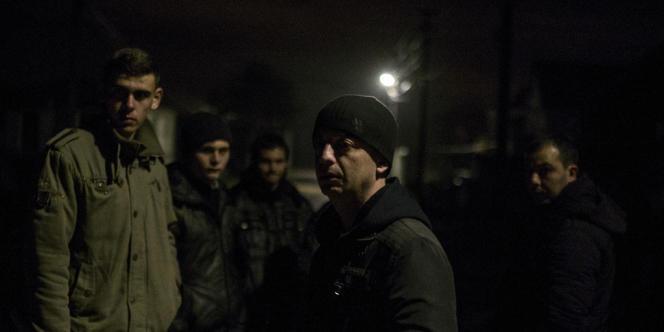 Des hommes de Sevastianovska patrouillent pour éviter les violences.