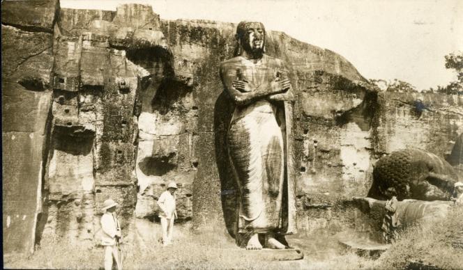Georges Clemenceau à 80 ans, en 1921, devant l'un des trois bouddhas de Polonnâruvâ, à Ceylan (Sri Lanka), première étape de son périple de six mois en Asie.