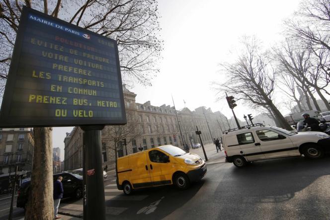 La circulation a été restreinte, lundi, à Paris, en raison des risques de nouveaux pics de pollution.