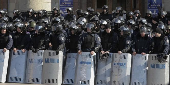 Des membres de la milice, la police anti-émeute, devant un bâtiment officiel à Kharkiv, le 8 mars 2014.