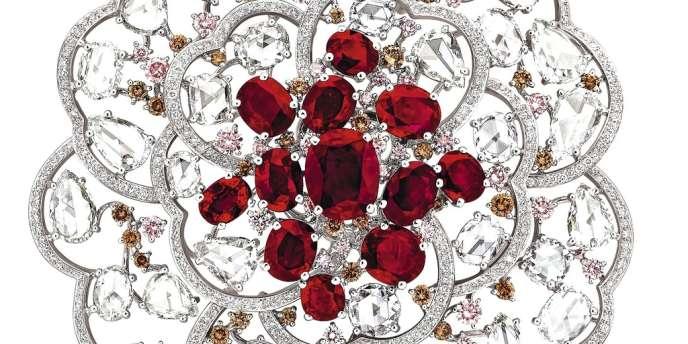 Broche Camélia Empierré en or blanc  et rubis de Chanel Joaillerie.