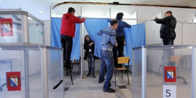 Préparation des bureaux de vote à Sébastopol en Crimée, samedi 15 mars