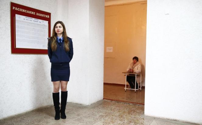 Une policière ukrainienne à l'entrée d'un bureau de vote à Simferopol, le 16 mars 2014.
