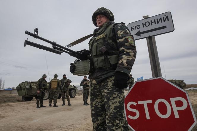 Un soldat ukrainien à un point de contrôle en Crimée.