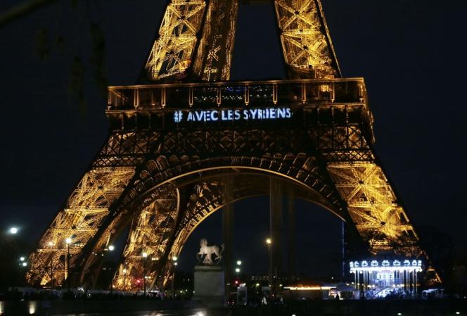 La Tour Eiffel illuminée en soutien au peuple syrien, le 15 mars 2014.