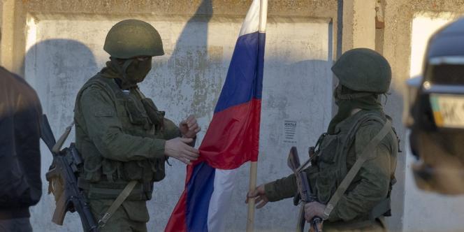 Des soldats hissent un drapeau russe à Perevalne, le 15 mars 2014.