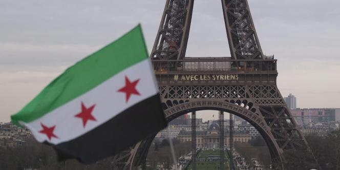 Du côté des passants venus admirer la tour Eiffel, le message « #AvecLesSyriens » étonne ou laisse indifférent.
