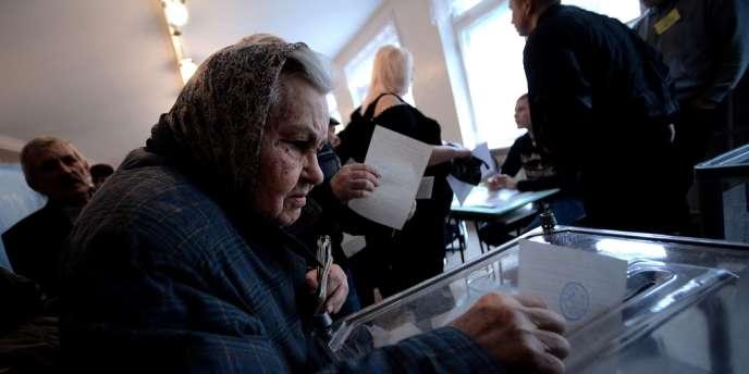 Une électrice dans un bureau de vote à Simferopol, le 16 mars 2014.
