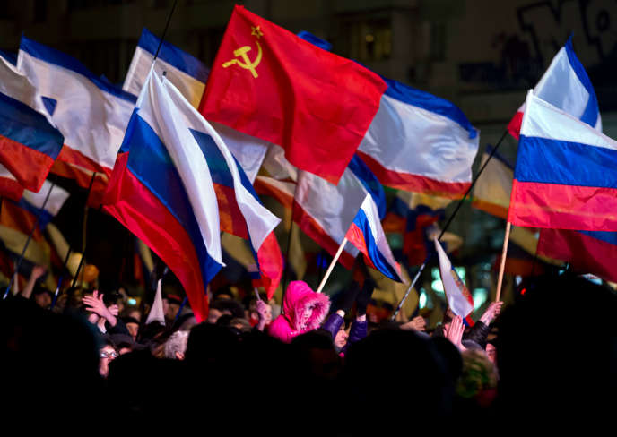 Manifestants prorusses à Simferopol, en Crimée, le16mars2014.
