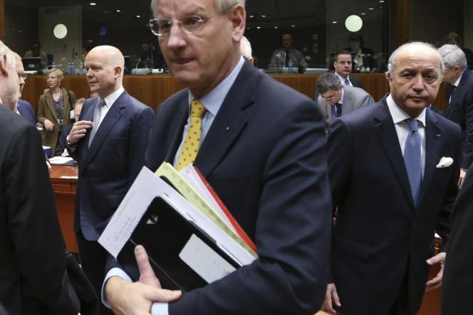 William Hague, ministre des affaires étrangères britannique, son homologue suédois Carl Bildt et Laurent Fabius, le 17 mars à Bruxelles.