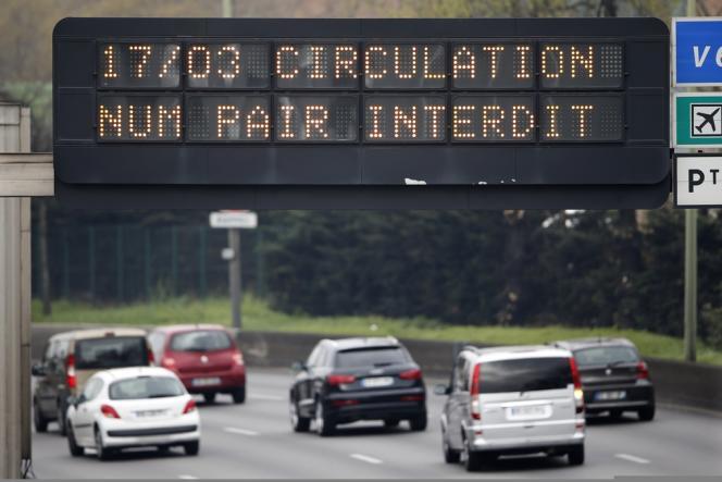 En Ile-de-France, il y a eu 62 % d'embouteillages en moins avec la mise en place de la circulation alternée, selon le ministère de l'écologie.
