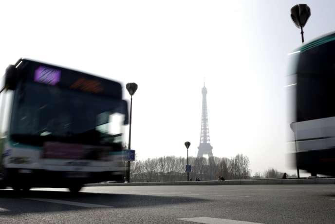 Un bus de la RATP près de la tour Eiffel, à Paris, le 14 mars.