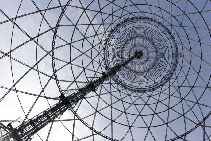 La structure concentrique de la tour Choukhov évoque les ondes radio.