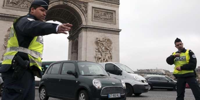 Des policiers contrôlent un véhicule, le 17 mars à Paris.