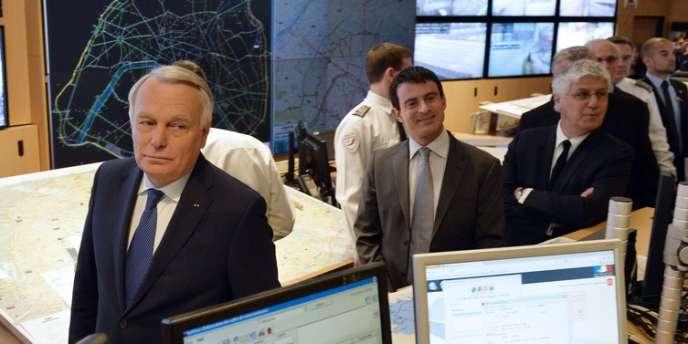 Jean-Marc Ayrault, accompagné de Manuel Valls et de Philippe Martin, à la préfecture de Paris, lundi17mars.