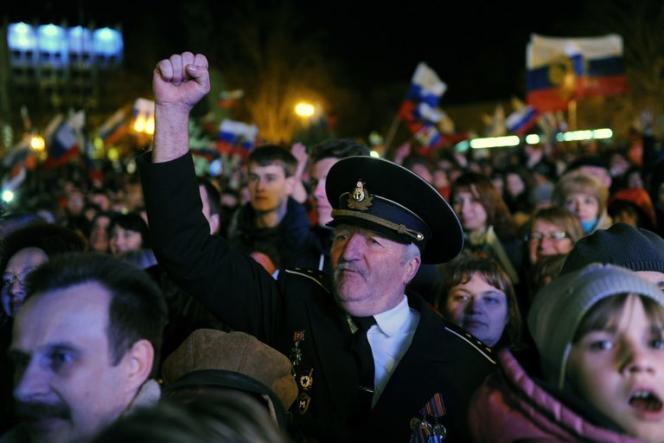 La foule de Sébastopol fête les résultats du référendum en Crimée, le 16 mars.