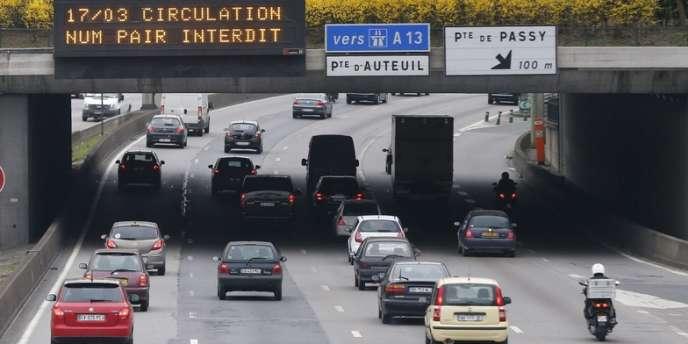 La moitié des véhicules franciliens ne peuvent pas circuler en raison d'un nouveau pic de pollution.