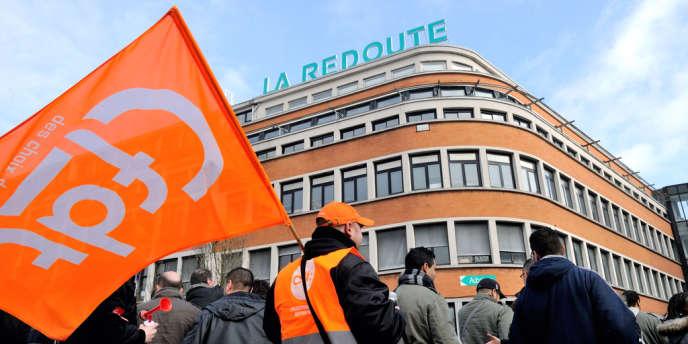 Manifestation des salariés de La Redoute devant le siège de l'enseigne, à Roubaix (Nord), le 4 mars.
