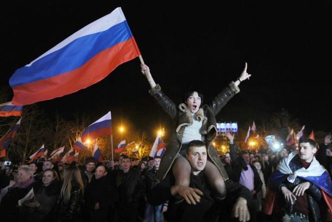 Les Criméens fêtent les résultats du référendum, le 16mars.