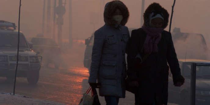 Des femmes se protégeant de la pollution à Oulan-Bator, en Mongolie.