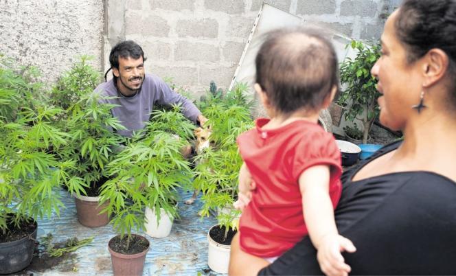 Sebastian Castro, 36 ans, et sa famille dans la cour de leur domicile.