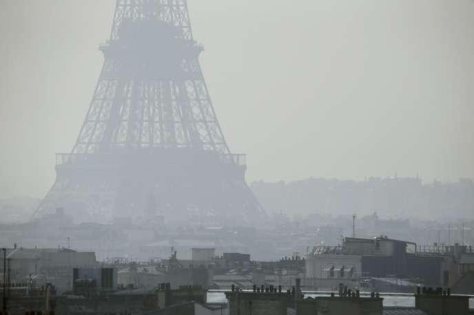 Paris enveloppé d'un brouillard de pollution, en mars 2014.