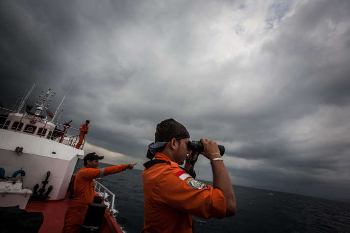 Une équipe indonésienne à la recherche d'éventuels débris de l'appareil disparu, le 15 mars en mer d'Andaman.