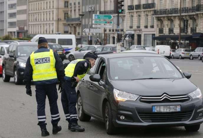 Contrôle de véhicules par la police dans les rues de Paris, lundi 17 mars.