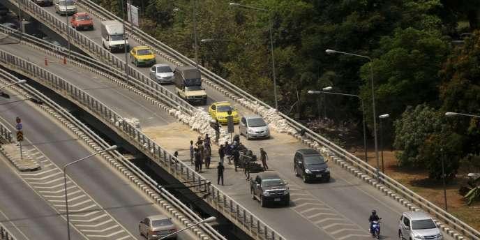 Prévu pour une durée de soixante jours, l'état d'urgence était en vigueur à Bangkok depuis le 22 janvier, donnant plus de pouvoirs aux forces de sécurité.