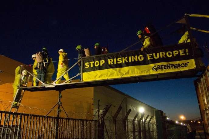 Des militants de Greenpeace s'introduisent dans la centrale nucléaire de Fessenheim le 18 mars au matin.