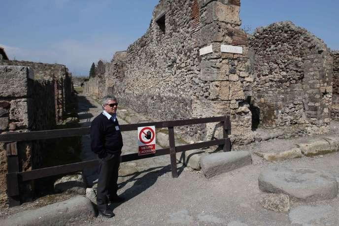 A Pompéi, devant le site où un morceau de fresque représentant la déesse Artémis a été dérobé.