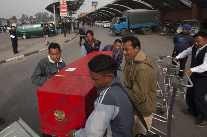 Chaque jour, des migrants morts dans leur pays d'accueil sont rapatriés. Ici, à l'aéroport de Katmandou, fin 2013.